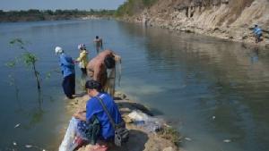 ชาวบ้านหนองตำลึง แห่จับปลาน็อกน้ำตายในบ่อลูกรังเก่า หลังอากาศเย็นจัด