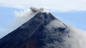 """In Clip : ฟิลิปปินส์ """"เพิ่มการเตือนภัย"""" ภูเขาไฟมายอน  หลังหมู่บ้าน 2 แห่ง บวกศูนย์นักท่องเที่ยวถูกสั่งอพยพ"""