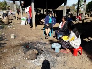 ชาวบ้านตามชายแดนก่อไฟผิงไล่ความหนาว ต้องการเครื่องกันหนาวกว่า 2 แสนราย