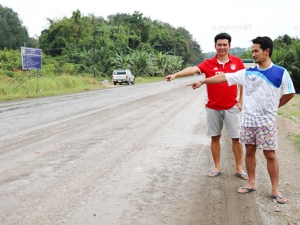 ชาวบ้านโวยผู้รับเหมาขุดถนนสายท่องเที่ยวพังงา-ตะกั่วป่า ทิ้งไว้ข้ามปียังไม่แล้วเสร็จ