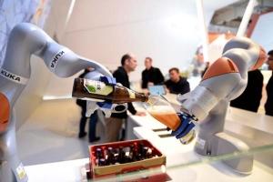 เพิ่มประชากร หรือ พัฒนาคนให้สร้างหุ่นยนต์มาทำงานแทนคนได้