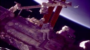 """เดินอวกาศติดตั้ง """"มือใหม่"""" ให้สถานีอวกาศรอบสองสำเร็จ"""