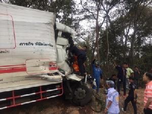 เจ็บหนัก! รถบรรทุก 6 ล้อชนท้ายรถพ่วง คนขับติดภายใน