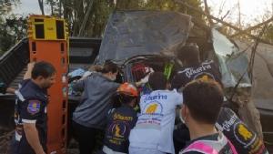 สิบตำรวจซิ่งกระบะส่งลูกชายไปเรียน เสียหลักพลิกคว่ำพุ่งชนต้นไม้สาหัส-ลูกชายรอด