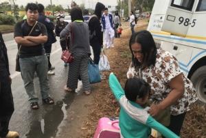 """หวิดตายหมู่! ฝนตกถนนลื่น รถทัวร์ """"นครชัยแอร์"""" หลบปิกอัพพุ่งตกถนนชนต้นไม้ข้างทางเจ็บระนาว"""