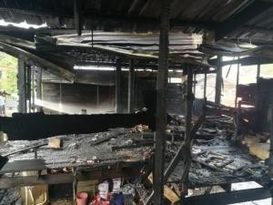 วอด! ไฟไหม้บ้านพักคนงานตัดอ้อยคลองขลุงรวดเดียว  2 หลัง
