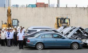 InPics&Clips :ไม่เสียดาย!!ฟิลิปปินส์ใช้รถแทรกเตอร์บดขยี้ทำลายรถหรูลอบนำเข้าหลายสิบคัน