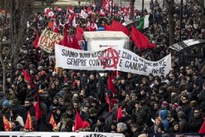 """In Clips : อิตาลีมาร์ชร่วมใจพร้อม """"ผู้ลี้ภัย"""" แสดงจุดยืนต้าน """"เหยียดผิว-ฟาสซิสต์"""" หลังเหตุสลดไล่ยิงผู้อพยพจากแอฟริกา"""