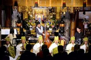 """พระญี่ปุ่นรังสรรค์ """"สวดมนต์ทำนองแจ๊ส"""" เปิดคอนเสิร์ตกลางวัด (ชมคลิป)"""