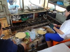 """ออเดอร์เพียบ! เร่งมือทำ """"ขนมกะเปด"""" รับช่วงเทศกาลส่งลูกค้าชาวจีนในปีนัง"""