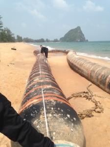 ที่แท้ท่อน้ำมัน! เจ้าหน้าที่ตรวจสอบท่อประหลาดเกยหาดบางเบิด เร่งขนย้ายออก
