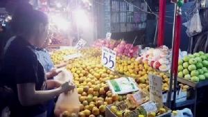 ชาวไทยเชื้อสายจีนในพื้นที่ ตอ.จับจ่ายสินค้าในวันจ่ายอย่างคึกคัก