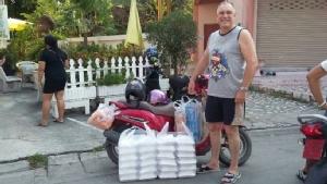 ฝรั่งใจบุญ หัวใจไทย ทำบุญตักบาตรทุกเช้า พร้อมทำข้าวกล่องแจกผู้ยากไร้