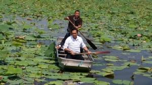 """""""บิ๊กตู่"""" พายเรือโชว์ ปลุก ปชช.ไปเลือกตั้ง อย่าเชื่อคนบอกแจกเงิน ลั่นไทยนิยมไร้ทุจริต"""