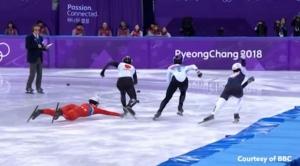 """(คลิป) """"นักสเกตโสมแดง"""" ยื่นมือปัดขาคู่แข่งหลังล้มกลิ้ง ก่อนจ๋อยถูกปรับตกรอบ"""