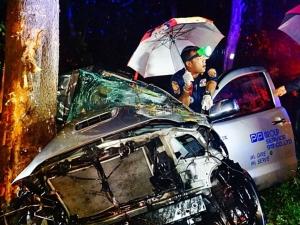 กระบะเสียหลักหลักชนต้นไม้ คนเจ็บสาหัส 2 ราย เมืองลุงฝนตกวันเดียวอุบัติเหตุอื้อ