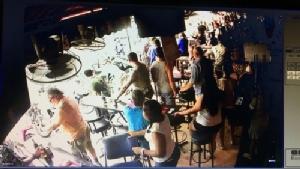 ฉาวอีก โลกออนไลน์แพร่ภาพกลุ่มพ่อค้านาฬิการุมต่อยตีทหารอเมริกัน ที่บาร์เบียร์พัทยา(ชมคลิป)