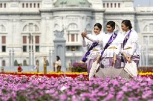 """""""อุ่นไอรัก คลายความหนาว"""" แต่งชุดไทยไปชมดอกไม้งาม ท่ามกลางกลิ่นอายวันวาน ส่งท้ายงานแห่งความสุข"""