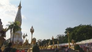 พุทธศาสนิกชนไทย-ลาวร่วมเวียนเทียนรอบพระธาตุพนม