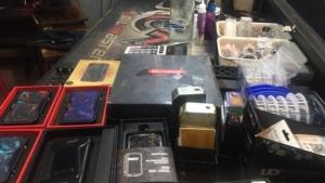 ตำรวจท่องเที่ยวทลายร้านขายบุหรี่ไฟฟ้า ข้างรั้ว ม.ชื่อดังใน จ.มหาสารคาม