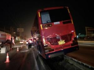รถบัสส่งคนงานตกร่องกลางถนน พบยาบ้า 1 เม็ด พร้อมอุปกรณ์เสพ