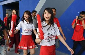 """ชมชุดภาพ """"BNK48"""" บุกสนามช้างฯ เชียร์ทีมแข่งค่ายปีกนก"""