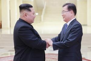 "In Pics: ชื่นมื่น! ผู้แทนโสมขาวพบ ""คิมจองอึน"" หารือลดความตึงเครียดสองเกาหลี"