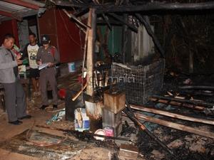 หนุ่มคลั่งเมายาวางเพลิงเผาแคมป์ก่อสร้างวอด 1 หลัง ถูกเพื่อนจับรุมกระทืบบาดเจ็บ
