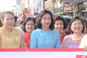 """ผ้าไทยฟีเวอร์ แม่หญิงโคราชพร้อมใจ """"นุ่งผ้าไทยใส่ผ้าซิ่น"""" หนุนอนุรักษ์ในวันสตรีสากล"""