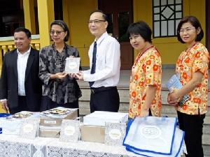 เอสโซ่ มอบหนังสือให้ รพ.สมเด็จฯ สำหรับผู้ป่วยและญาติอ่านคลายเครียด