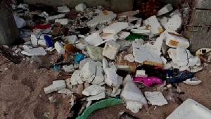 พบขยะจำนวนมาก ยังถูกคลื่นซัดเกลื่อนชายหาดใน จ.จันทบุรี ทำชาวบ้าน-นทท.สุดเซ็ง
