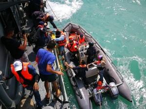 ทัพเรือภาค 2 เข้าช่วยเหลือเรือนักท่องเที่ยวตกปลาที่เพลาหลุด 12 ชีวิตลอยคว้างกลางทะเล
