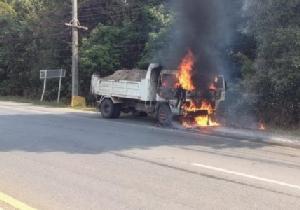 อากาศร้อนบวกสายไฟรถชำรุด ทำไฟลัดวงจรรถขนดินวอด 1 คัน