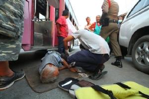 ตร.-วินจยย.กระโดดช่วยชายชราถูกรถเมล์ชนคร่อมทับร่างรอดตายปาฏิหาริย์