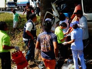 รถตู้เสียหลักชนต้นไม้ร่องกลางถนนที่พัทลุง เสียชีวิต 1 ราย
