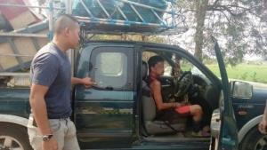 หนุ่มเมาไม่รู้เรื่อง ชิงปิกอัพข้างทาง-ชักมีดขู่เมียเจ้าของรถซ้ำ เจอ ตร.ตามจับทันควัน
