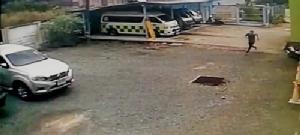 ไม่น่ารอด!! กล้องวงจรปิดจับภาพเอเยนต์ค้ายาขณะหลบหนีจาก รพ.ขลุง ตร.เร่งไล่ล่า