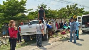 กระบะซิ่งแหกโค้งชนรั้วชาวบ้านปทุมฯ พังยาวกว่า 10 เมตร โชคดีไม่มีใครเสียชีวิต