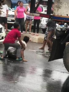 ฟัดกันนัว..โชเฟอร์สิบล้อเลือดร้อน จอดรถตะลุมบอนกันกลางถนน ชาวเน็ตแห่ชมคลิปเฉียด 2 ล้าน