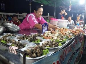 """เปิดแล้ว !! ตลาดประชารัฐต้องชม """"ถนนคนเดินบางแสน""""อาหารทะเล-สินค้าเพียบ"""