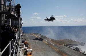 """ครั้งแรก! เครื่องบินขับไล่ F-35B โชว์การ """"เทกออฟ-ลงจอดแนวดิ่ง"""" บนเรือรบสะเทินน้ำสะเทินบกนอกชายฝั่ง """"โอกินาวา"""" (ชมคลิป)"""