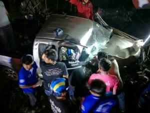 กระบะซิ่งแข่งกันเสียหลักพุ่งชนกับคอสะพานลอย คนขับเจ็บสาหัสติดภายในรถ