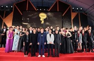 """""""อั้ม พัชราภา"""" นำทีม """"นักแสดง-ศิลปิน-คนดัง"""" คว้ารางวัล """"MThai Top Talk-About 2018"""""""