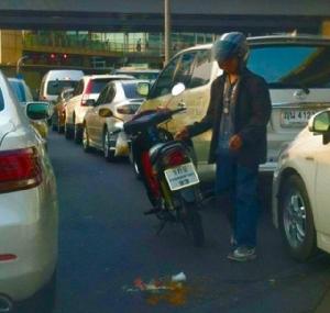 สังคมยังน่าอยู่.. หนุ่ม จยย.ก้มเก็บเศษแก้วกลางถนน หวั่นสร้างความเดือดร้อน ชาวเน็ตชื่นชมน้ำใจคนไทย