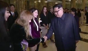 """""""คิม จองอึน"""" โผล่เซอร์ไพรส์ สั่งเลื่อนงานขอร่วมดูโชว์คอนเสิร์ต """"Red Velvet"""" และนักร้องเกาหลีใต้"""