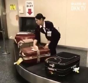 สุดยอดบริการ! สื่อตะวันตกอึ้ง พนักงานสนามบินญี่ปุ่นไล่เช็ดกระเป๋าบนสายพานให้เอี่ยม ก่อนถึงมือผู้โดยสาร [ชมคลิป]