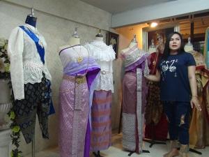 คนสตูลแห่เช่าซื้อชุดไทย ทำร้านดังกลางเมืองต้องเร่งตัดเย็บส่งลูกค้าแทบไม่ทัน