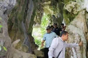 มือบอน! ระดมทำความสะอาดลบรอยขีดเขียนฝีมือนักท่องเที่ยว ในถ้ำนาค อ่าวพังงา