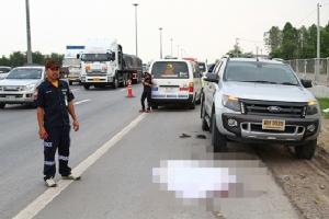 หนุ่มใหญ่สุดซวยจอดรถฉี่ข้างถนน ถูกพ่วงเทรลเลอร์ชนดับคาที่
