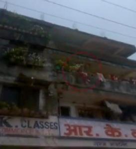 นาทีชีวิต! เด็กหญิงวัย 12 ขวบกระโดดดาดฟ้าตึก 4 ชั้น หนีขาหื่นพยายามข่มขืน (ชมคลิป)
